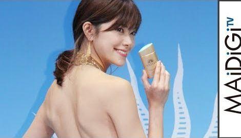 森星、ゴールドのゴージャスなドレスで美背中&美脚披露 「アネッサ」新CM・新製品発表会1