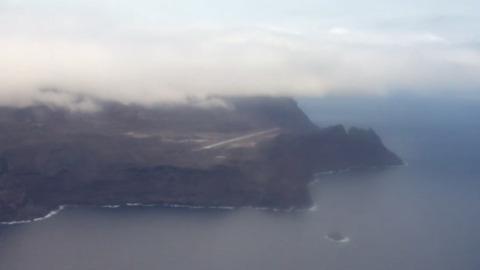 「世界一無駄な空港」に初の民間機、ナポレオン幽閉の孤島(字幕・16日)