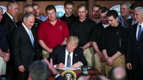 地球温暖化対策を見直し、トランプ氏が大統領令に署名
