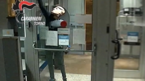 トランプ氏のお面姿で強盗、イタリアの映画好き兄弟逮捕(字幕・25日)