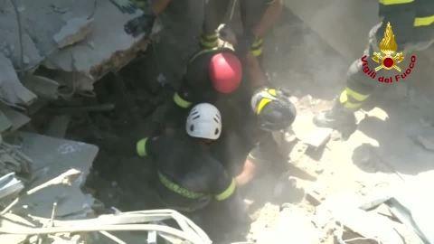 イタリア沖地震で幼い3人兄弟が生還、救助隊から歓声(字幕・22日)