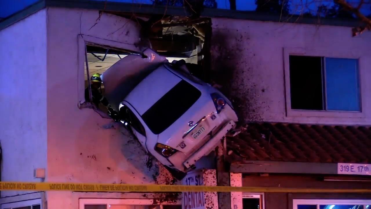 どうしてそうなった!建物二階に突っ込んだ乗用車