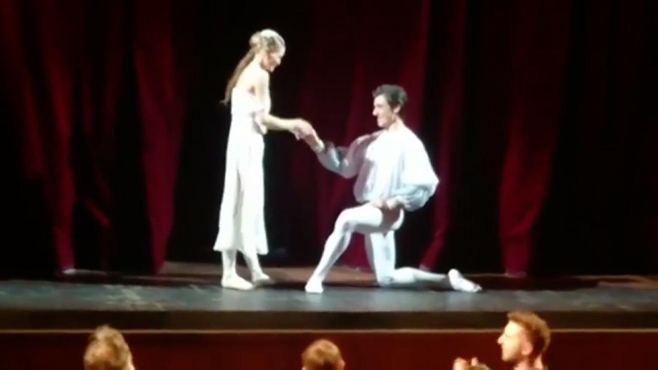舞台上のバレリーナを待っていたサプライズとは…