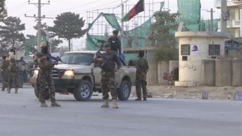 アフガニスタン首都で自爆テロ15人死亡、治安悪化が深刻に