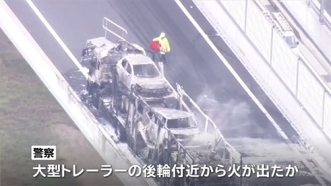 高速道路で大型トレーラー炎上