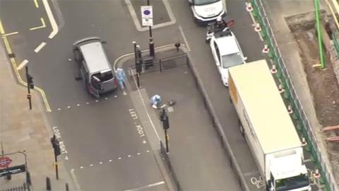 イギリス・首相官邸付近で複数の刃物持った男を拘束