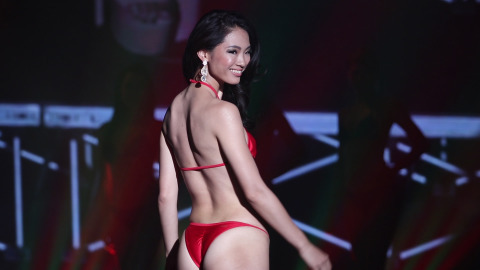 現役看護師、勝本有莉実が 準グランプリに選ばれ、赤水着で登場!引き締まった肉体美で魅了!